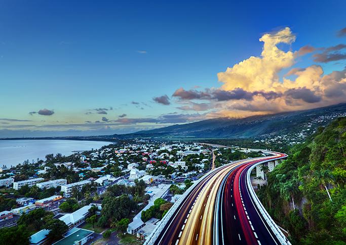Vue de La Réunion le soir avec une ville, la forêt et une autoroute