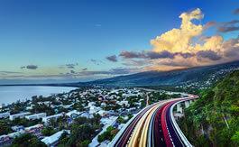 Vue d'une ville le soir à La Réunion
