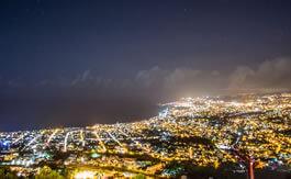 Vue d'une ville la nuit à La Réunion
