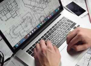 Un architecte dessine un plan de maison
